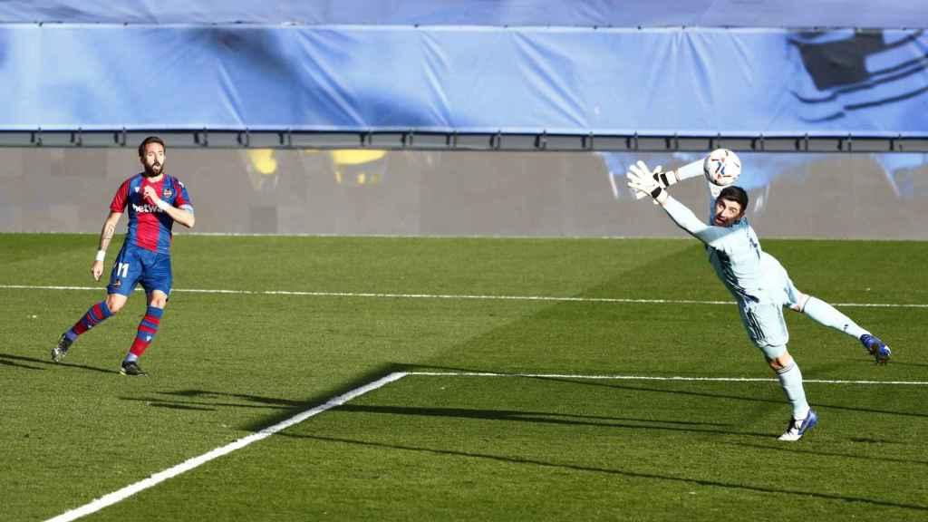 Jose Luis Morales supera a Courtois y marca el primer gol  del Levante ante el Real Madrid