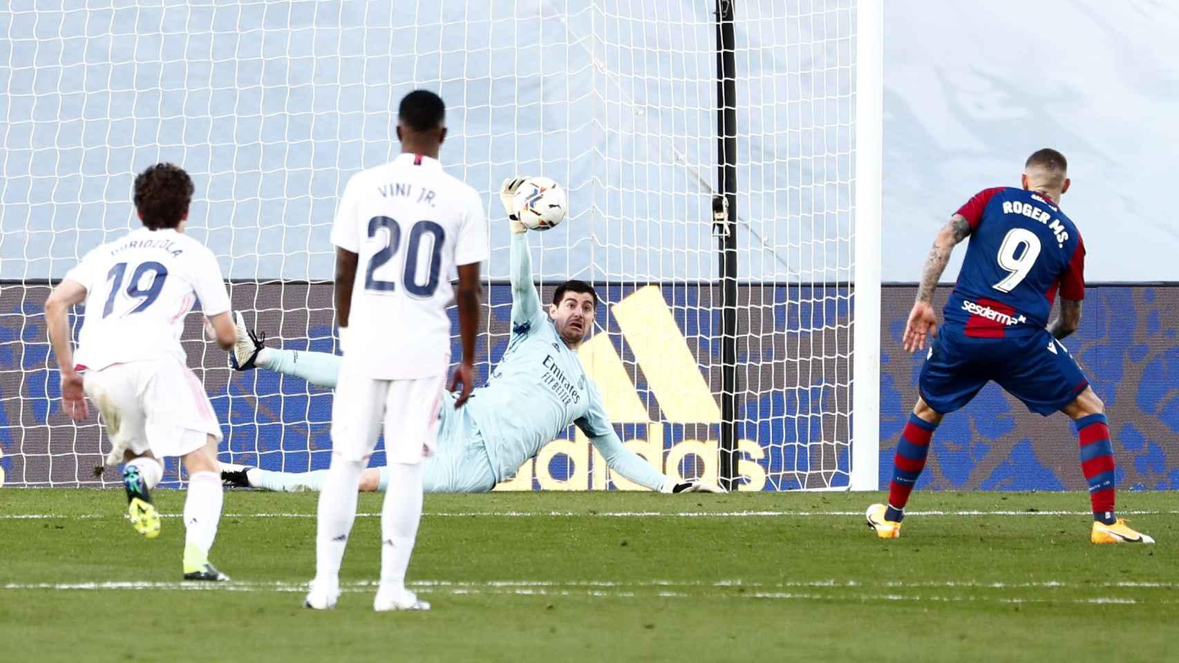 Penalti parado de Courtois a Roger, en el Real Madrid - Levante de la jornada 21 de La Liga
