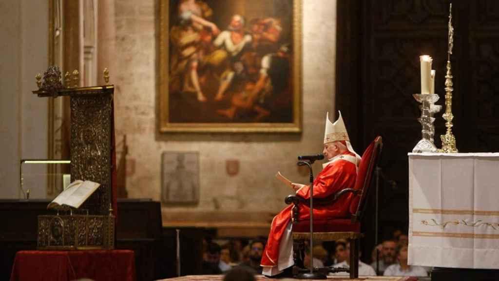 El arzobispo Antonio Cañizares, en la Catedral de Valencia. EE