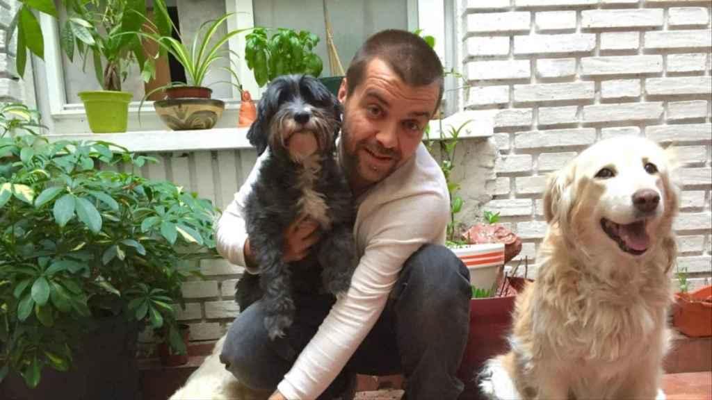 Sergio García Torres, el director nombrado por Iglesias, posando con perros