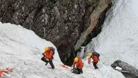 Los equipos de rescate en las labores de búsqueda.