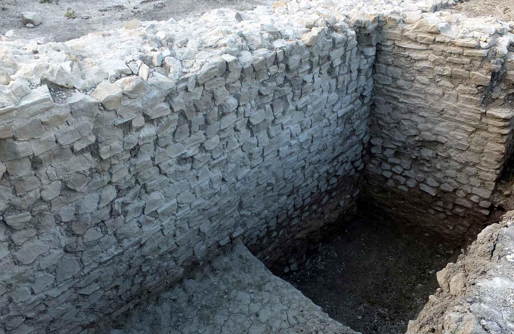 Excavaciones en uno de los muros exteriores del anfiteatro de Virtus Iulia.