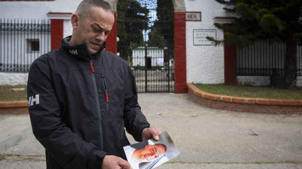 Jesús Martos, padre de Brian Martos, exhibe una fotografía de su hijo, en marzo de 2019.