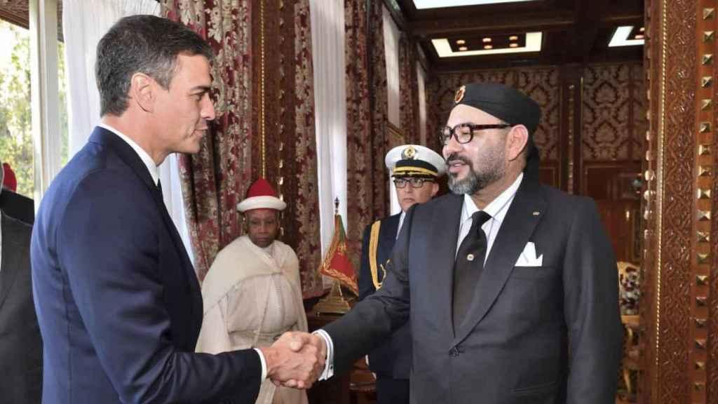 El presidente español, Pedro Sánchez, estrecha la mano de Mohamed VI durante una visita a Marruecos.