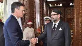 El presidente español, Pedro Sánchez, durante una visita a Marruecos, estrecha la mano de Mohamed VI.