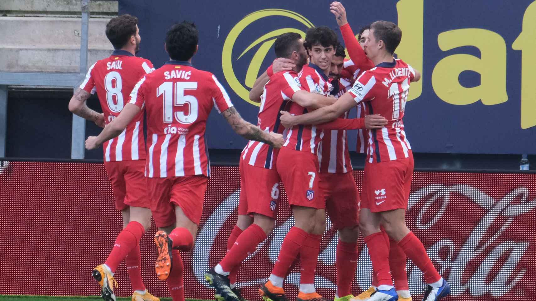 El Atlético celebra en una piña el gol de Luis Suárez