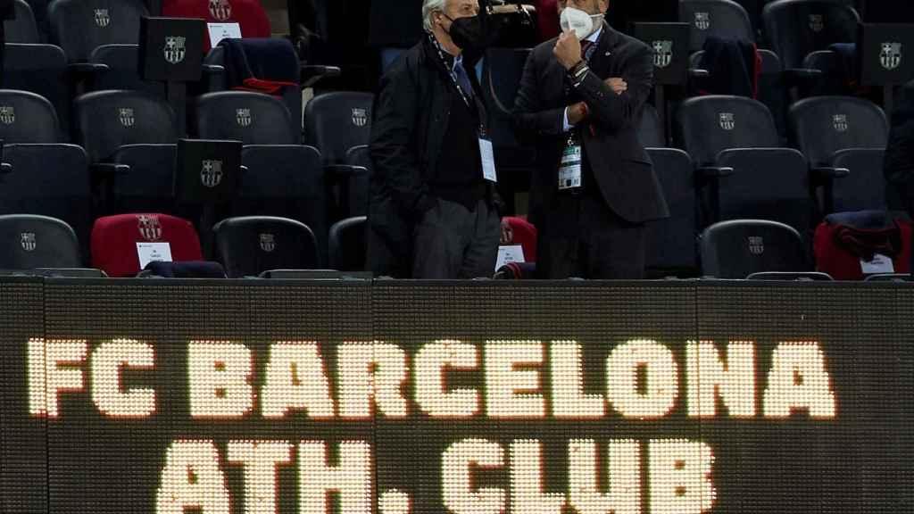 Carles Tusquets y Aitor Elizegi charlan antes del FC Barcelona - Athletic