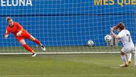 Olga Carmona anota de penalti el gol del Real Madrid Femenino en El Clásico