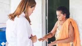Una trabajadora de salud visita comunidades en Brasil para concienciar sobre la prevención y el control de la lepra