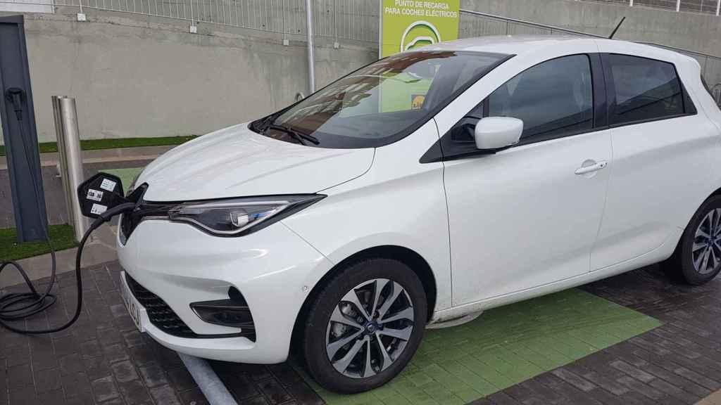 El Renault Zoe, uno de los eléctricos más vendidos, durante una carga.
