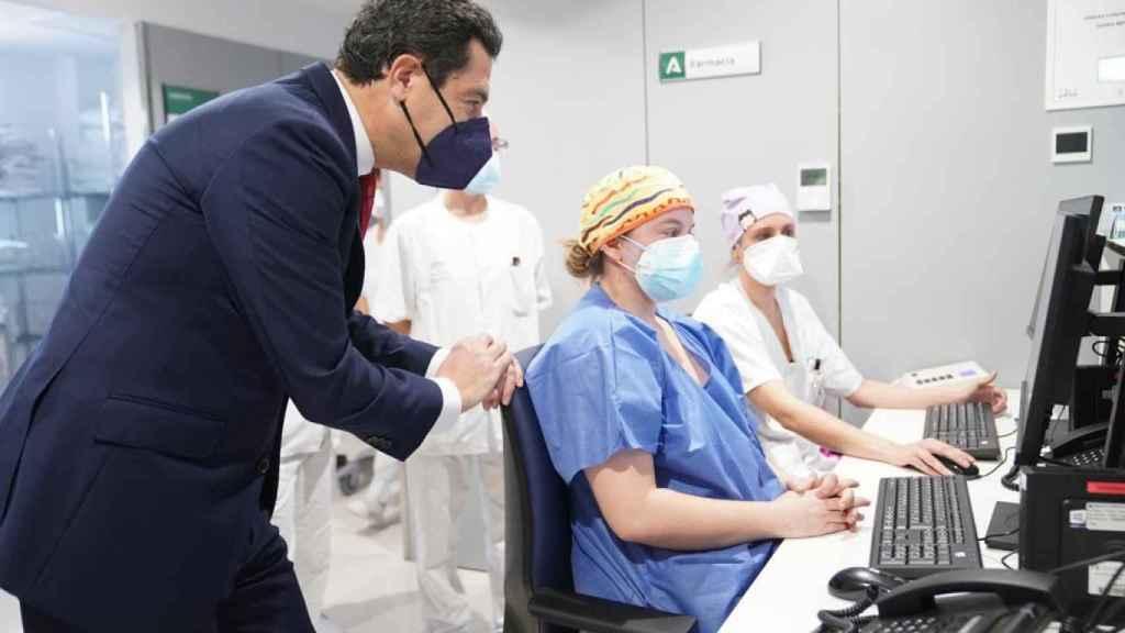 Juanma Moreno en las instalaciones del Hospital Militar de Sevilla