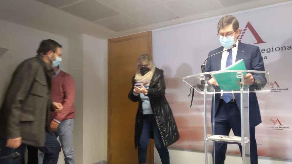 El consejero de Salud, Manuel Villegas, durante su última comparecencia en la Asamblea Regional.