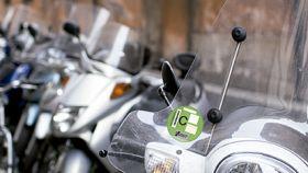 Una moto con una pegatina de la DGT tipo C.