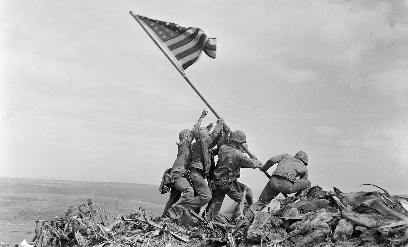 Alzando la bandera en Iwo Jima.