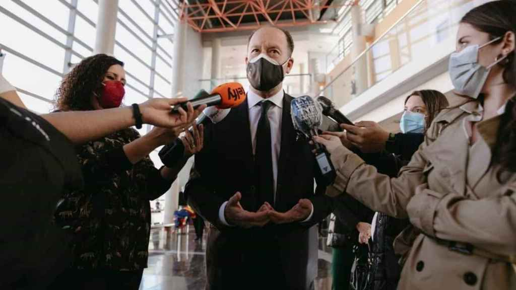 Bascuñana, atiende a los medios tras el acto oficial.