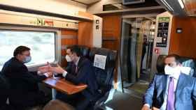 Ximo Puig conversa con Pedro Sánchez en el viaje inaugural del AVE Madrid-Orihuela.