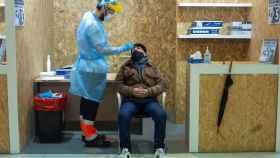 Un trabajador sanitario realiza una prueba PCR.