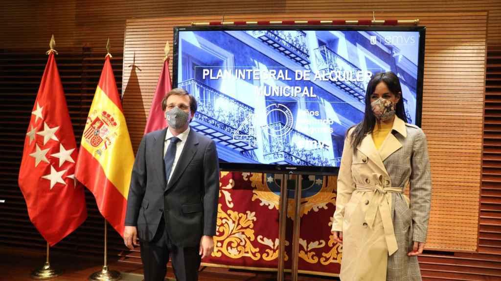El alcalde de Madrid, José Luis Martínez-Almeida, y la vicealcaldesa, Begoña Villacís durante la presentación de la nueva Estrategia de Vivienda para la Ciudad y el nuevo Plan Integral de Alquiler Municipal, en el Palacio de Cibeles, Madrid, (España), a 1 de febrero de 2021.