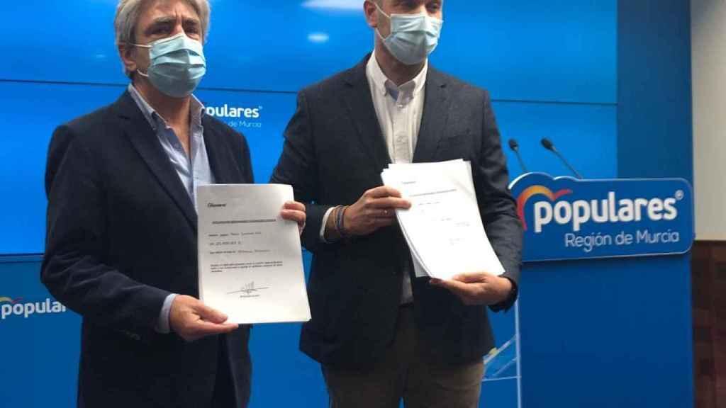 El portavoz popular, Joaquín Segado, junto al secretario general PP, Miguel Ángel Miralles.