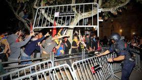 Un grupo de radicales independentistas asedia el Parlament de Cataluña en 2018.