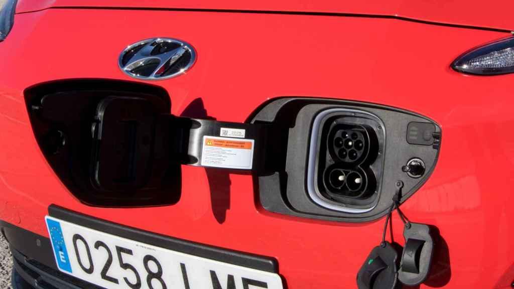 En el frontal del vehículo está situada la toma de carga.