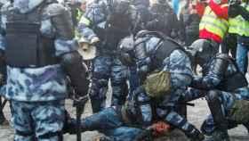 La policía rusia deteniendo a un manifestante.