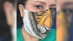 La doctora Gómez Grande, ataviada con una mascarilla del Serengueti.