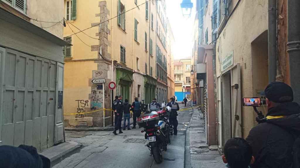 La policía francesa acordona la zona durante la investigación.
