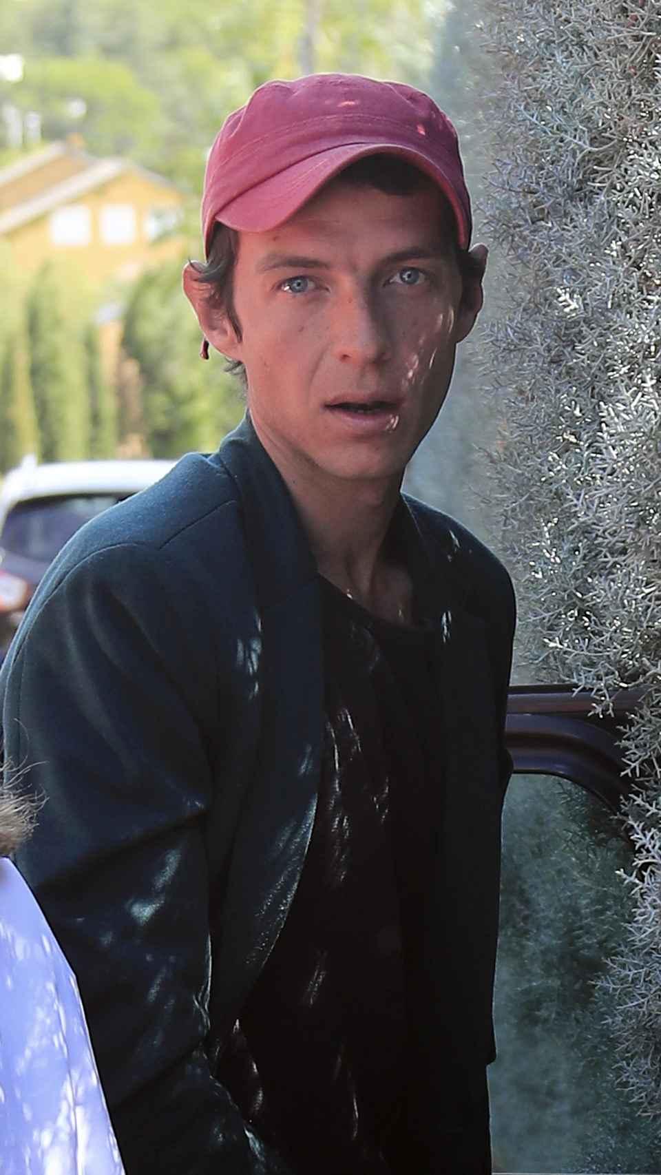 Camilo Blanes en la puerta de su casa.