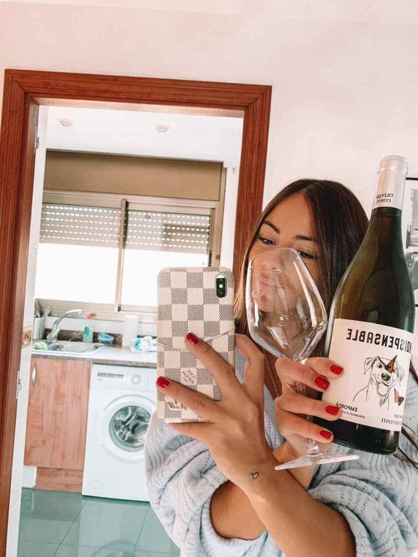 A Melyssa Pinto le gusta, en el fin de semana, tomarse una copa de vino blanco mientras ve una película.