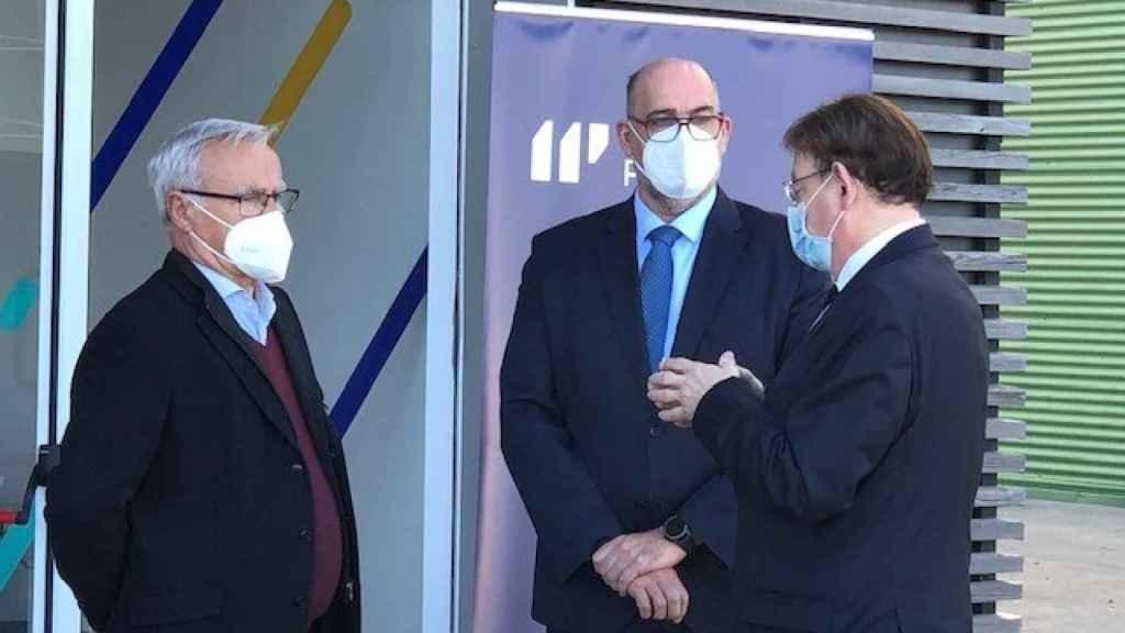 Ribó, Gayo y Puig conversan a las puertas del centro de ciberseguridad de Telefónica.