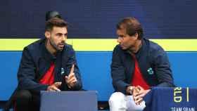 Nadal habla con Granollers durante el partido de Carreño en la ATP Cup.
