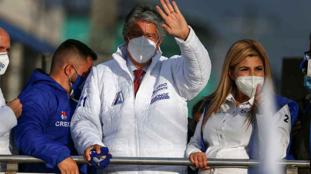 El candidato a la presidencia de Ecuador, Guillermo Lasso (c), del movimiento CREO.