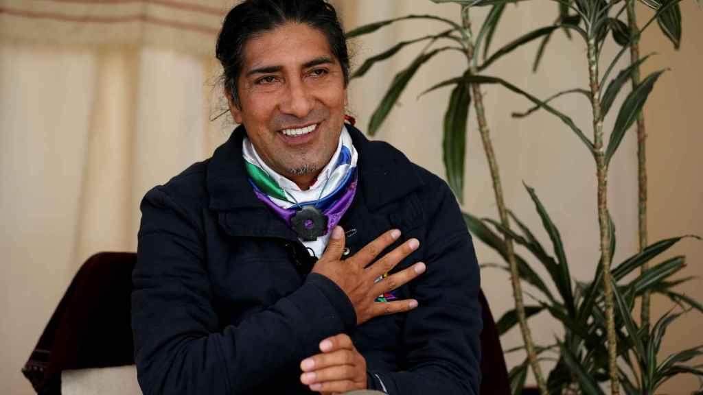 El líder indígena Yaku Sacha Pérez Guartambel, mientras sonríe durante una entrevista.