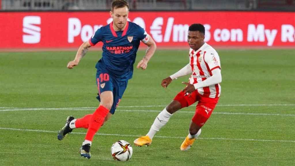 Iván Rakitic  disputa un balón con Largie Ramazani, en el Almería - Sevilla de la Copa del Rey