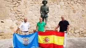Miembros de Vox Melilla ante la estatuta dedicada a Francisco Franco en Melilla.
