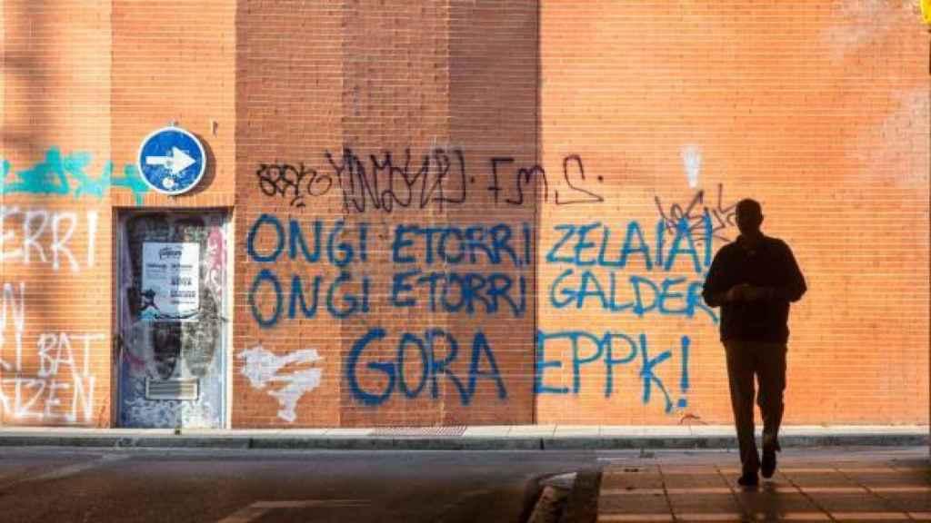 Pintada de bienvenida en 2019 en una calle de Vitoria a Aitor Zelaia y Galder Barbado.