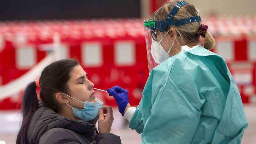 Una trabajadora sanitaria realiza una prueba PCR.