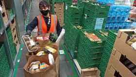 Una trabajadora colocando mercancía.