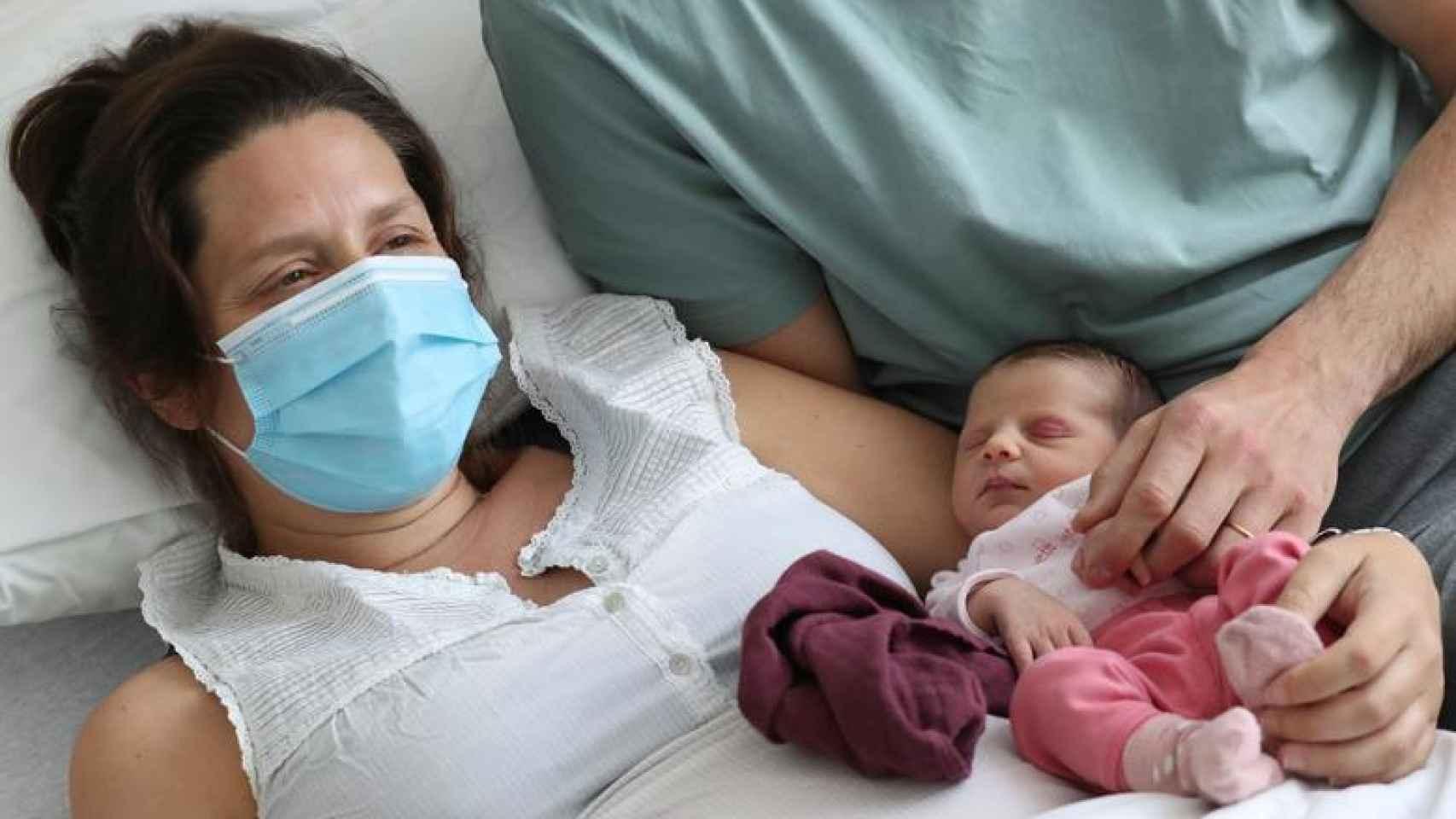 Imagen de archivo de una mujer que dio positivo antes de dar a luz junto a su bebé, en un hospital de Bruselas.