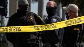 Agentes federales en el lugar del crimen.