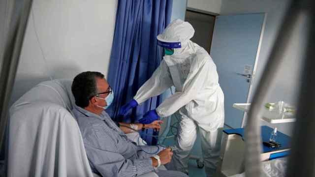 Una enfermera atiende a un paciente en un hospital de Portugal.