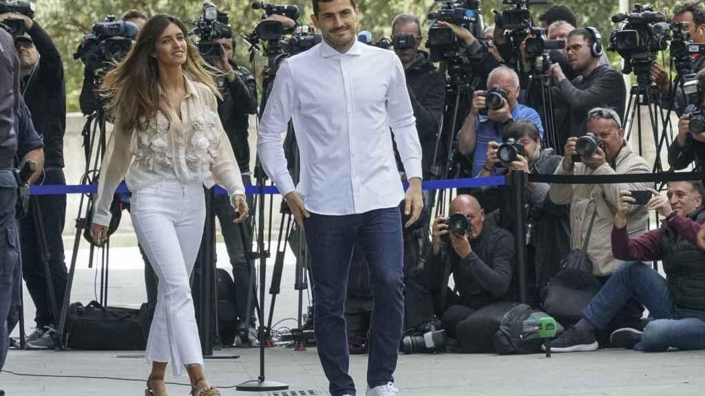 Sara e Iker en una imagen en mayo de 2019 a la salida del hospital en Portugal.