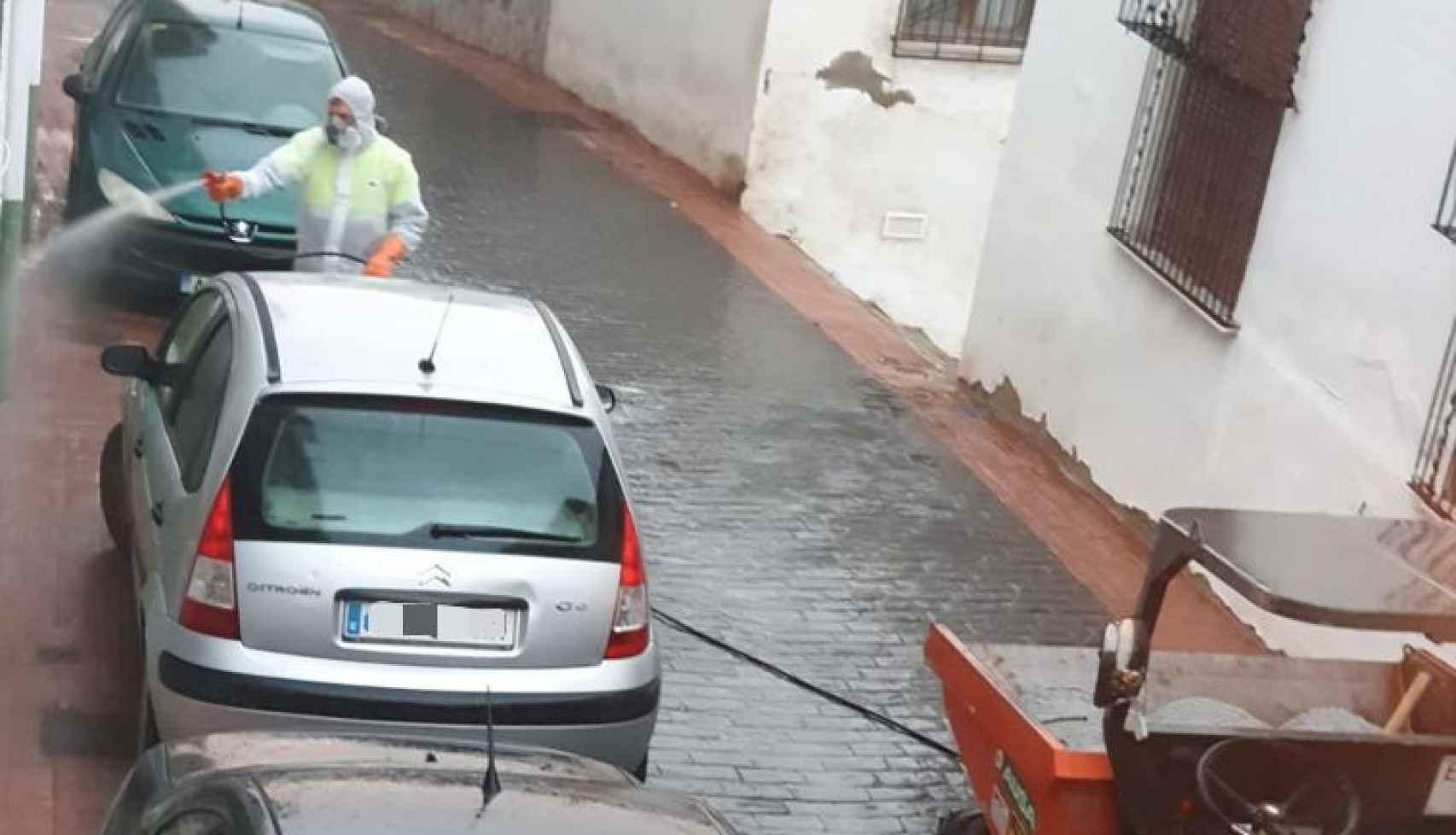 Un operario desinfecta las calles de Suflí, en Almería.