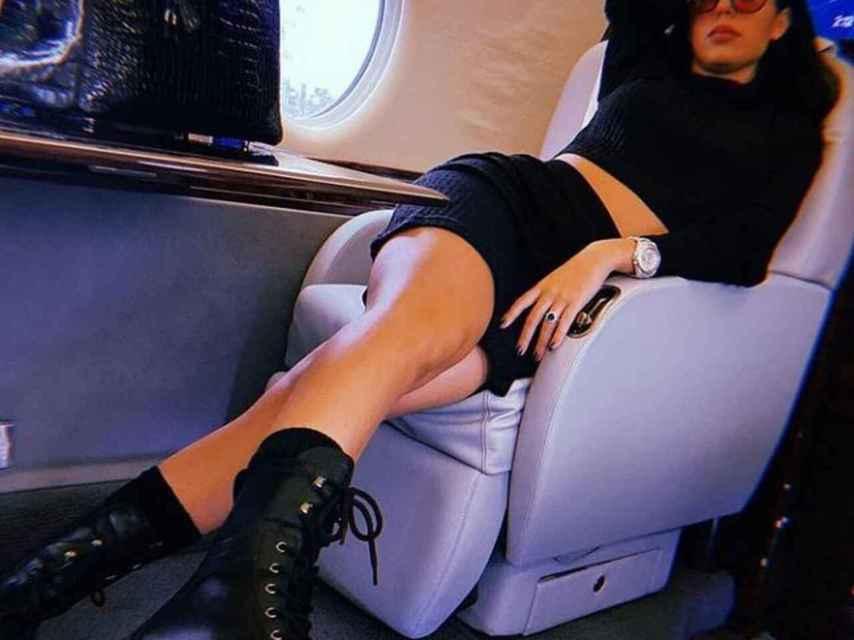 Georgina en su 'jet' privado con Birkin en color negro.