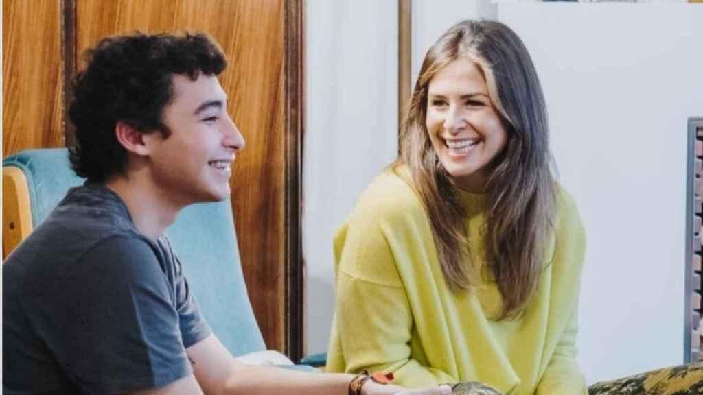 Nuria Roca junto a su hijo Juan del Val.