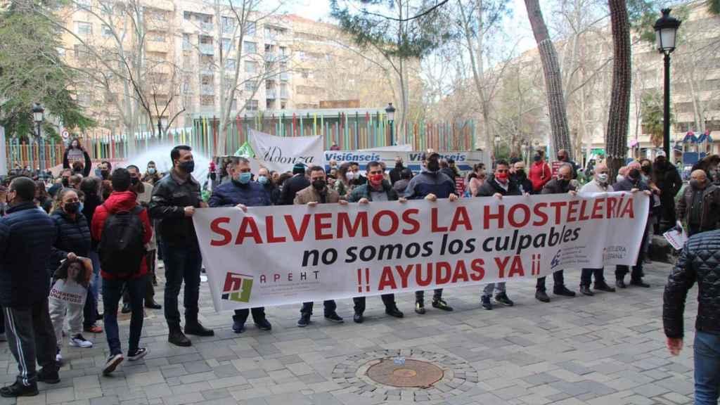 Decenas de hosteleros se han concentrado en Albacete para pedir ayudas por el cierre de la hostelería.