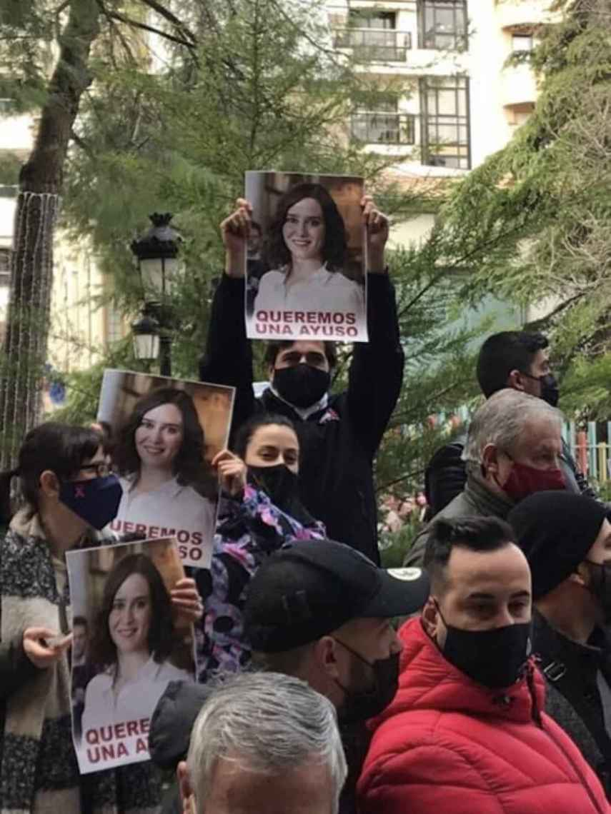 Varios manifestante en Albacete con carteles que dicen: Queremos una Ayuso.