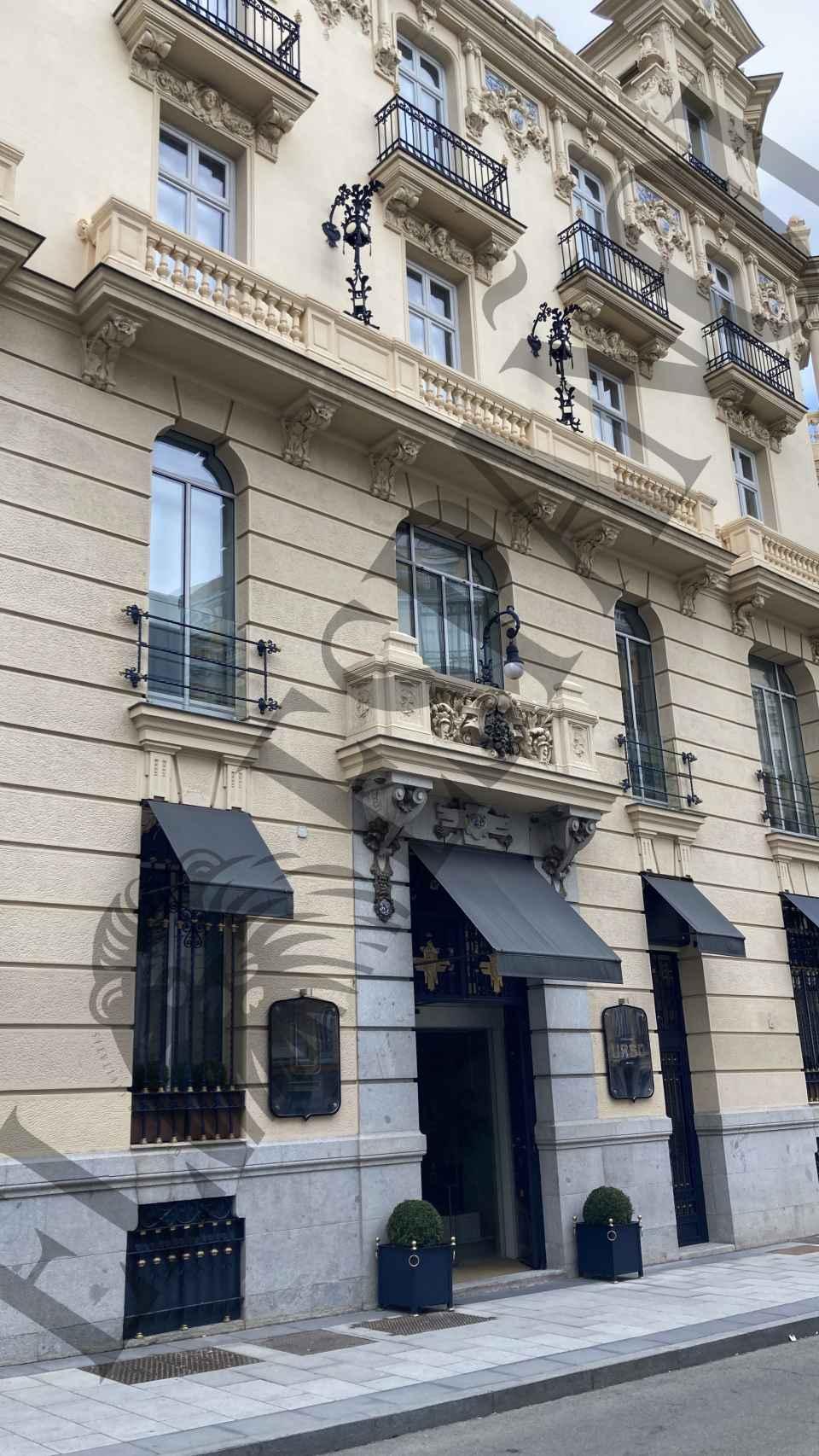 La puerta del hotel en el centro de Madrid donde pernoctaron Alba y Santi.