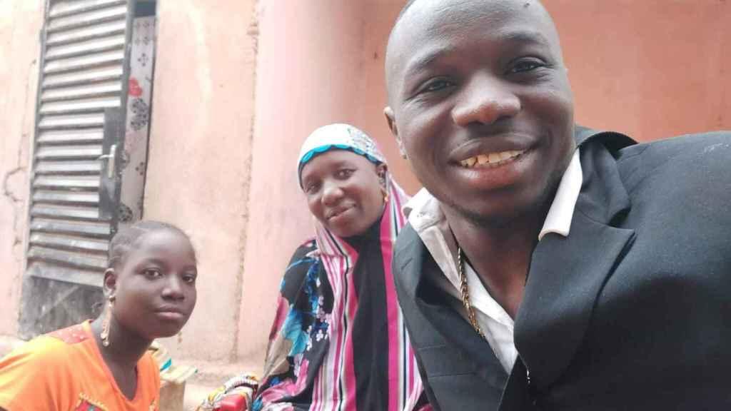 Madala junto a su madre y una hermana.